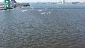 Opinión aérea Jet Skiers en el PA del río Delaware Philadelphia almacen de metraje de vídeo