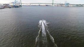Opinión aérea Jet Skiers en el PA del río Delaware Philadelphia metrajes