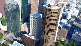 opinión aérea 4k sobre rascacielos altos hermosos en centro del centro de la ciudad financiero del distrito del negocio moderno d almacen de metraje de vídeo