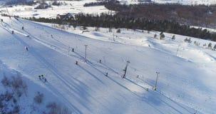 Opinión aérea Kiviõli Ski Resort In Estonia Paisaje asombroso del invierno metrajes