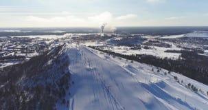 Opinión aérea Kiviõli Ski Resort In Estonia Paisaje asombroso del invierno almacen de metraje de vídeo