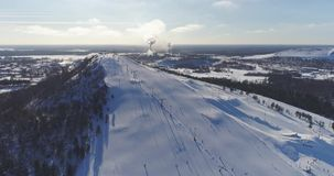 Opinión aérea Kiviõli Ski Resort In Estonia Paisaje asombroso del invierno almacen de video