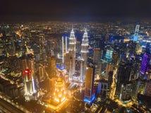 Opinión aérea Kuala Lumpur Downtown, Malasia Distrito y centros de negocios financieros en ciudad urbana elegante en Asia Rascaci imagen de archivo