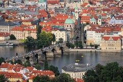 Opinión aérea la ciudad y Charles Bridge de Praga Imagen de archivo libre de regalías