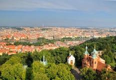 Opinión aérea la ciudad y el santo Lawrence Cathedral de Praga fotografía de archivo