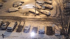 Opinión aérea la gente que camina en invierno frío de la nieve de la ventisca almacen de video