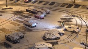 Opinión aérea la gente que camina en invierno frío de la nieve de la ventisca metrajes