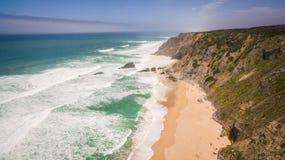 Opinión aérea la gente que descansa sobre la playa de DA Adraga del Praia en Portugal, Almocageme, Sintra Fotos de archivo libres de regalías