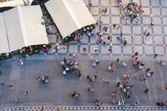 Opinión aérea la gente que visita la vieja plaza en de la torre vieja superior de ayuntamiento en Praga, C imagen de archivo