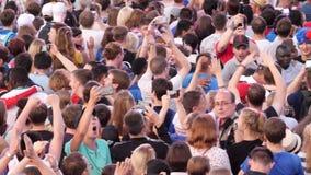 Opinión aérea la muchedumbre grande de concierto de observación de baile de la gente o de acontecimiento deportivo Cantidad común almacen de metraje de vídeo