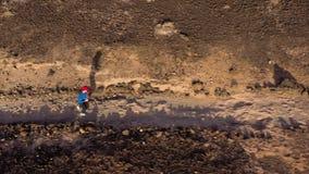 Opinión aérea la mujer runnning a lo largo de la reserva de naturaleza en la salida del sol Forma de vida activa sana almacen de metraje de vídeo