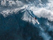 Opinión aérea la persona que practica surf fotografía de archivo libre de regalías
