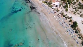 Opinión aérea la playa arenosa y la gente que descansan sobre ella, Chipre, Coral Bay almacen de video