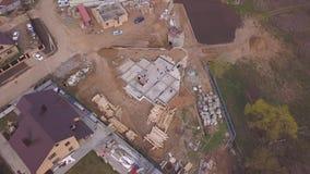 Opinión aérea las fuentes y la gente del edificio en el emplazamiento de la obra de nuevas casas clip Sector de la construcción d almacen de video