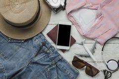 Opinión aérea las mujeres de la ropa de los accesorios a viajar Fotografía de archivo libre de regalías