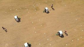 Opinión aérea los arqueros que practican tiro al arco en el campo de bota 4k almacen de video