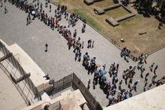 Opinión aérea los turistas que hacen cola para el coliseo fotografía de archivo libre de regalías