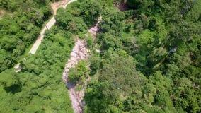 Opinión aérea los turistas que montan en Zipline o cuerda del toldo Aventura de la adrenalina el vacaciones almacen de metraje de vídeo