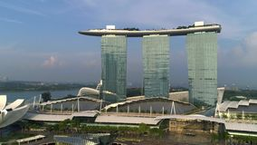 Opinión aérea Marina Bay Sands que revela horizonte de la ciudad de Singapur tiro Marina Bay Sands Singapore del vuelo aéreo almacen de video