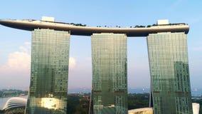 Opinión aérea Marina Bay Sands Singapore tiro Vista aérea del horizonte de la ciudad de Singapur con Marina Bay Sands almacen de metraje de vídeo