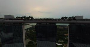 Opinión aérea Marina Bay Sands y panorama hermoso del puerto con las naves Vídeo del abejón en 4K metrajes