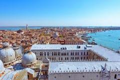 Opinión aérea panorámica del paisaje urbano a Venecia en Italia Foto de archivo libre de regalías
