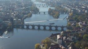 Opinión aérea panorámica Praga y Charles Bridge almacen de video