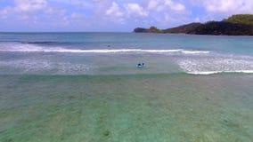 Opinión aérea personas que practica surf, Baie Lazare Beach, Mahe Island, Seychelles 4 almacen de metraje de vídeo