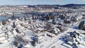 Opinión aérea reversa del invierno de la vecindad de la correa del moho cerca del río Ohio metrajes