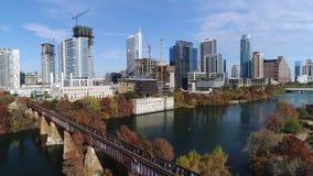 Opinión aérea reversa lenta Austin City Skyline almacen de video