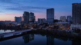 Opinión aérea reversa lenta Austin City Skyline en la oscuridad almacen de video