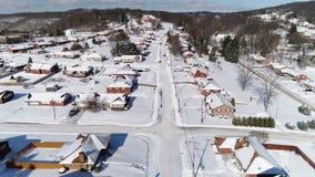 Opinión aérea reversa lenta del invierno de la vecindad de la correa del moho almacen de video