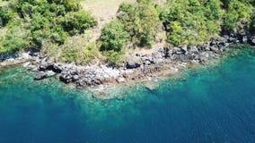 Opinión aérea Rocky Coastline de la isla en Indonesia metrajes
