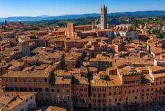 Opinión aérea Siena y Siena Duomo en Siena, Toscana foto de archivo libre de regalías
