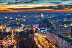 Opinión aérea sobre Berlín en la noche Fotografía de archivo