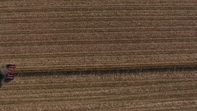 Opinión aérea sobre campos agrícolas enormes, camión del abejón en el tiempo de la cosecha metrajes