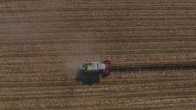 Opinión aérea sobre campos agrícolas enormes, camión del abejón en el tiempo de la cosecha almacen de video