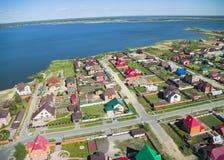 Opinión aérea sobre casas privadas en el banco del lago Fotos de archivo libres de regalías