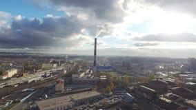 Opinión aérea sobre central eléctrica de la ciudad almacen de video
