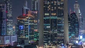 Opinión aérea sobre distrito céntrico y financiero en el timelapse de la noche de Dubai, United Arab Emirates con los rascacielos almacen de metraje de vídeo