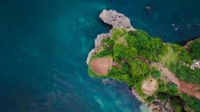 Opinión aérea sobre el acantilado y la orilla de la roca Fotografía de archivo