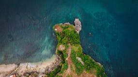 Opinión aérea sobre el acantilado y la orilla de la roca Foto de archivo
