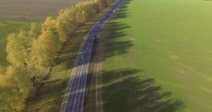 Opinión aérea sobre el camino con los coches Tarde del otoño almacen de metraje de vídeo