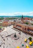 Opinión aérea sobre el cuadrado central y Sukiennice en Kraków Imagen de archivo
