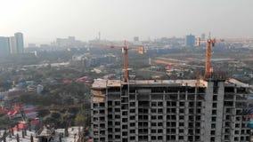 Opinión aérea sobre el edificio de la construcción Opinión del abejón de la novedad con paisaje urbano en fondo El alzarse para u metrajes