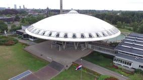 Opinión aérea sobre el Evoluon en Eindhoven almacen de video