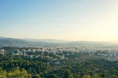 Opinión aérea sobre el fondo de la ciudad y del mar del chania en la oscuridad Isla de Crete imágenes de archivo libres de regalías