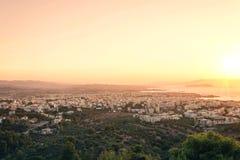 Opinión aérea sobre el fondo de la ciudad y del mar del chania en la oscuridad Isla de Crete imagenes de archivo