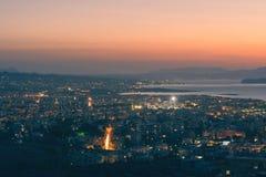 Opinión aérea sobre el fondo de la ciudad y del mar del chania en la oscuridad Isla de Crete fotos de archivo