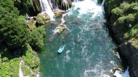 Opinión aérea sobre el río con el barranco y las cascadas metrajes